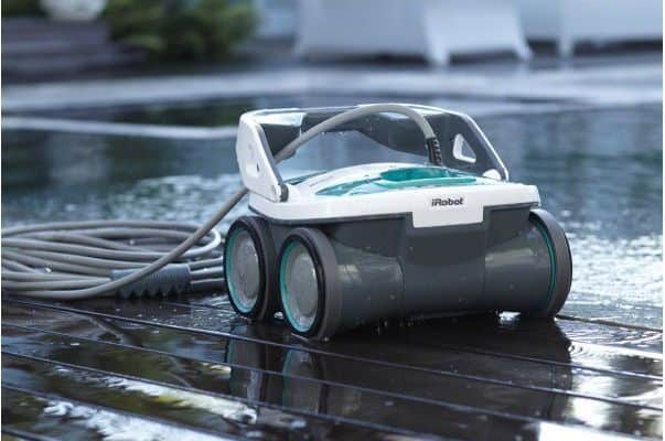 Swimming pool cleaning robot